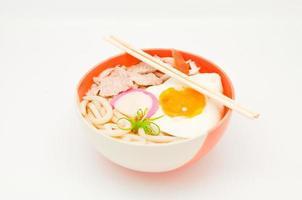 macarrão japonês em fundo branco foto