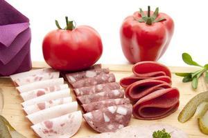 salsicha de sangue e salame com tomate