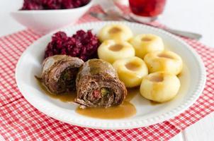 pãezinhos de carne, bolinhos de batata e beterraba frita, jantar polonês foto