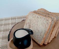 pão, leite foto