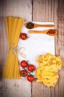 macarrão cru com tomate e especiarias foto