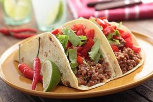 tacos com carne moída e legumes foto