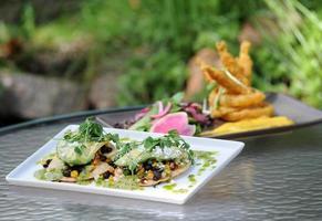 taco de legumes com salada de cebola frita juntos foto