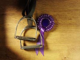 roseta de prêmio e estribos de equitação foto