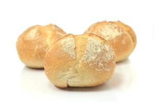 pão fresco isolado no fundo branco.