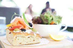 salmão defumado com pão