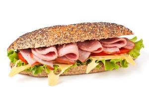 baguete de trigo integral com presunto, queijo e legumes foto