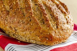 grãos integrais cozidos frescos e pão semeado foto