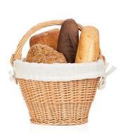 cesta de piquenique com vários pães