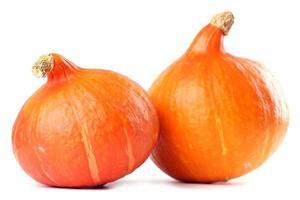 2 abóboras maduras e deliciosas de hokkaido em um fundo branco foto