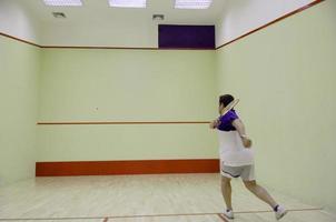 homem jogando squash foto