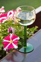 copo de vinho com lindas flores foto