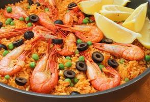 paella mediterrânea com camarão foto
