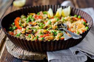 paella com mexilhões e ervilhas verdes foto