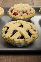 assar tortas de frutas frescas caseiras foto