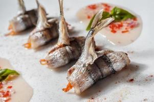 peixe encalhado no prato com caviar e molho foto