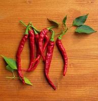chili peppers em fundo de madeira foto