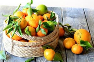 cesta de laranjas e tangerinas