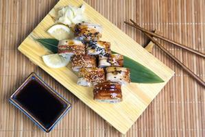 conjunto de sushi japonês saboroso em uma bandeja de madeira foto
