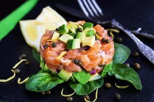 tartare de salmão e abacate foto