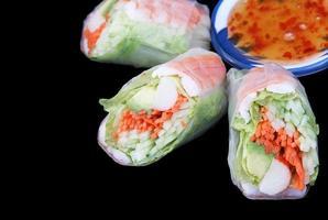 rolo de salada e molho de pimenta foto