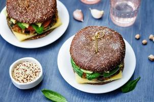 vegan quinoa berinjela espinafre grão de bico centeio hambúrguer foto