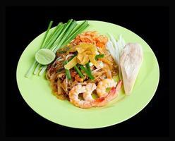 mexa macarrão frito com camarões amed pad tailandês foto
