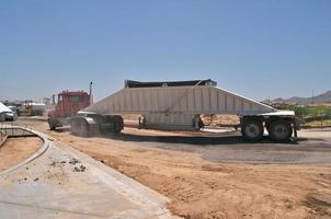 grande caminhão basculante foto