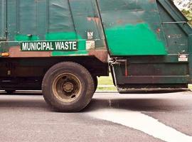 caminhão de lixo vazando foto