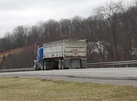 caminhão de lixo na estrada foto