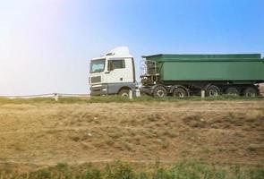 caminhão de lixo vai na estrada do país foto