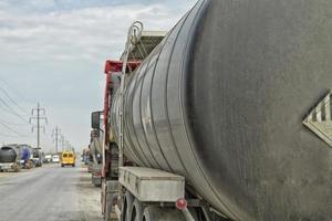 camião-cisterna usado para produtos petrolíferos foto