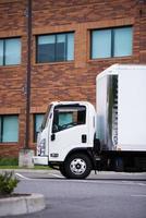 motor de classe pequena semi caminhão entrega veículo carga transporte foto