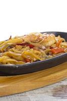 udon (macarrão grosso de trigo) com carne e legumes fritos foto