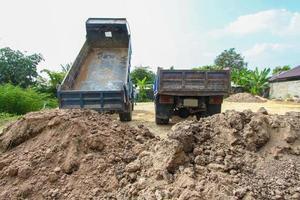 caminhão basculante no canteiro de obras