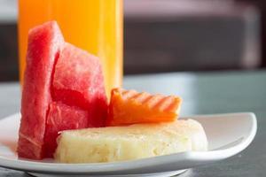 salada de frutas frescas com abacaxi, mamão, melancia foto