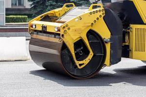 rolos de estrada pavimentando uma estrada foto
