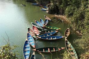 Ruderboote auf dem pokhara see foto
