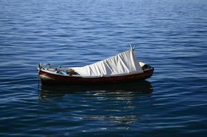 barco de recreio no porto de thessalonika foto