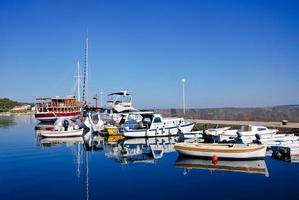 pequeno porto com navios na Croácia