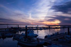 silhueta do porto ao entardecer foto