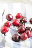 cerejas frescas suculentas brilhantes foto
