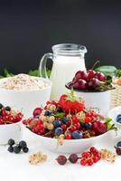 frutas frescas, frutas, cereais e leite no café da manhã foto