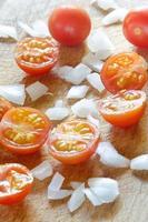 tomate cereja cortado pela metade e cebola picada foto