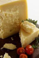 queijo parmesão com faca foto