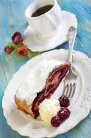 torta de cereja e café. foto