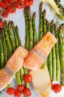peixe salmão e aspargos verdes, tomate cereja, erva-doce