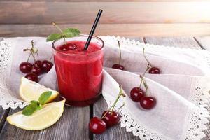 cocktail fresco de cereja fria com hortelã e limão foto