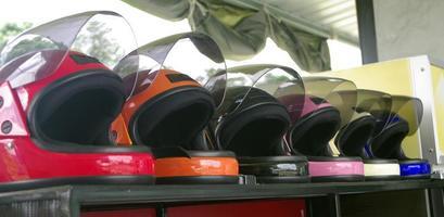 capacetes de bicicleta colorida foto