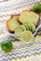 bolo de pudim de limão fresco cozido foto
